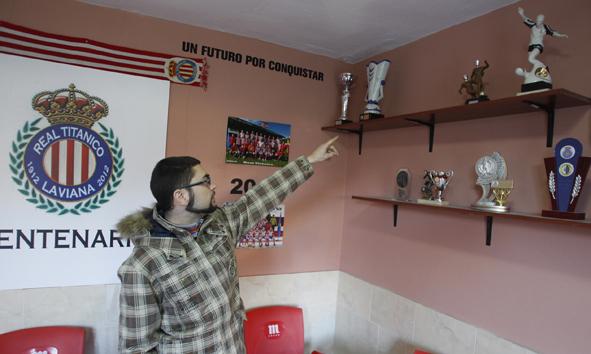 Marcos Nieto, directivo del Real Titánico, muestra el lugar que ocupaba la copa sustraida.