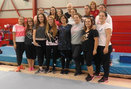Sara Bayón (quinta por la izquierda en la fila de abajo), con parte de las entrenadoras que impartieron clases en el III Clínic de Gimnasia Rítmica celebrado en el CAR de Langreo.