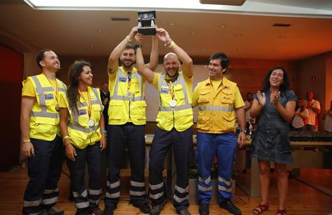 Alumnos del SAMU de Sevilla con el trofeo de vencedores del Gran Prix de Emergencias celebrado en Langreo