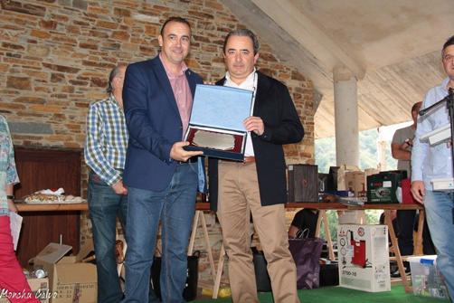 El alcalde casín, Tomás Cueria, le entrega el título de Casín del Año a Pedro García Prado