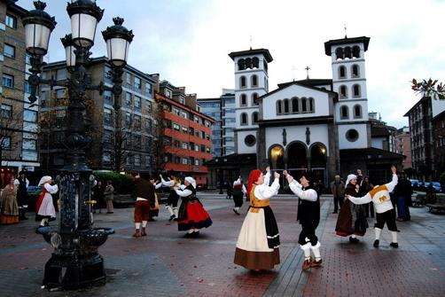Actuación del grupo folklórico L´Esperteyu en El Entrego