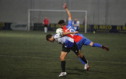 Lance del derby municipal entre en UP Langreo y el CD Tuilla disputado en Garzábal