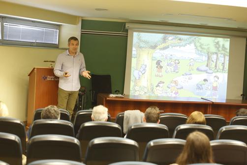 El Dr. Marcelino García Noriega en la presentación de 'El Bosque de los Neños' en el Hospital Valle del Nalón
