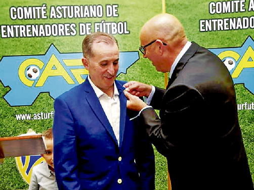 José Enrique Suárez recibiendo la insignia de Oro del Comité Asturiano de Entrenadores