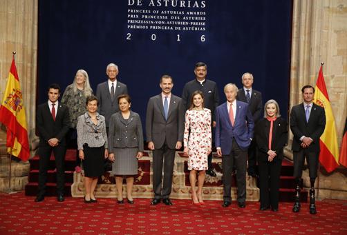 Foto de familia de los galardonados con los Premios Princesa de Asturias 2016