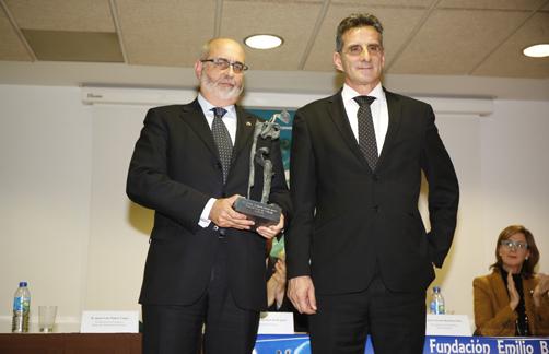 El presidente de la Fundación Banco de Alimentos de Asturias, Juan Luis Núñez (izquierda) recibe el Premio de la Fundación Emilio Barbón de manos de su presidente José Vicente Barbón Iglesias