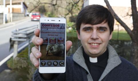 Luis José Fernández, parroco de Laviana con su aplicacion para móvil 'Confesor Go'