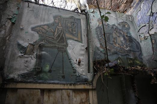 Murales de Úrculo en las paredes de la antigua biblioteca Belter de Sama