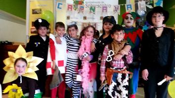 Niños y niñas de Sobrescobio durante el carnaval de 2016