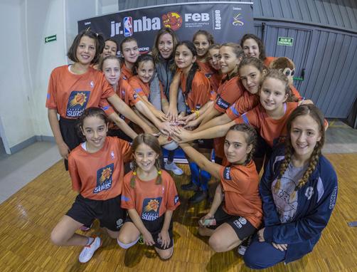 Componentes del Basket San Martín durante la liga Junior NBA con Marta Fernández, exjugadora y hermana de Rudy Fernández