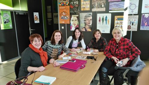 Concejalas de Mujer e Igualdad de los cinco ayuntamientos del valle, de izquierda a derecha: Mª Pilar Ruiz (Caso), Cristina Remesal (Laviana), Cintia Ordóñez (San Martín del Rey Aurelio), Berta Suárez (Sobrescobio), y Blanca Pantiga (Langreo).