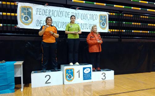 Rebeca en el primer cajón del podio tras vencer el Campeonato de Asturias