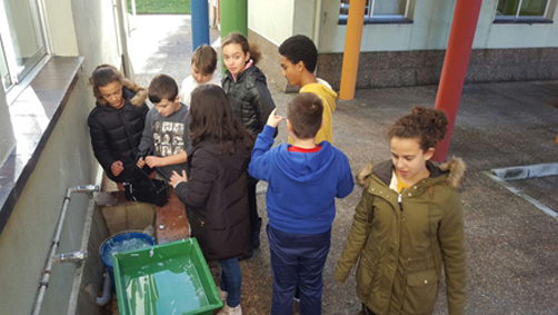 Alumnos del IES Valle del Nalón durante el proyecto de reducción, la reutilización y el reciclaje de residuos.