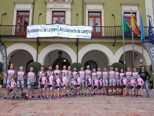 Presentación del equipo CYCLEA delante del Ayuntamiento de Langreo
