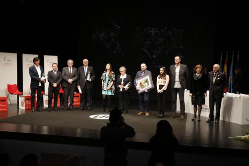 Galardonados y autoridades en la gala de los Premios Marino Gutiérrz Suárez