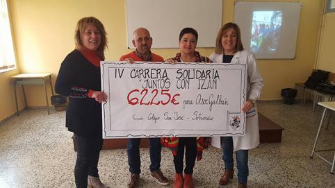 Miembros de la Asociación Galbán, Marisa, profesora del centro y coordinadora de la carrera y Covadonga Fernández, directora del CP San José, con el cheque simbólico del dinero recaudado en la carrera.