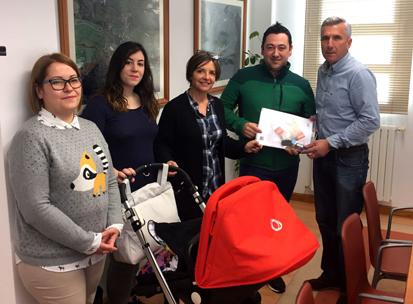 Alberto, María y Nel, nuevos inquilinos de las Viviendas de Sobrescobio, con el alcalde y la Concejala de Servicios Sociales y Técnicos del Ayuntamiento de Sobrescobio.