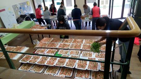 Elaboración de canapés preparados con trucha durante el festival casín