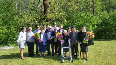 Corporación de Sobrescobio con los homenajeados en la Fiesta de la Primavera de 2016.