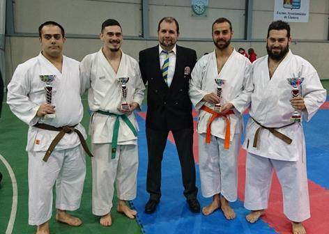 De izquierda a derecha: Mario Crespo, Nel Munóz, Hugo Cogorro (profesor) Sergio Martínez y Adrián Muñóz, del Judo Sotrondio