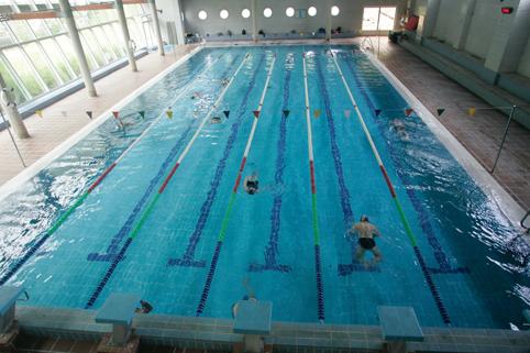 La piscina de sotrondio ampl a horario para atender a for Horario piscina alaquas