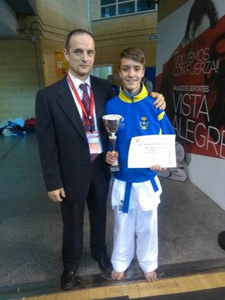 El karateca langreano Ángel Corujo con su maestro Felix Bargados, tras proclamarse campeón de España juvenil de kárate.