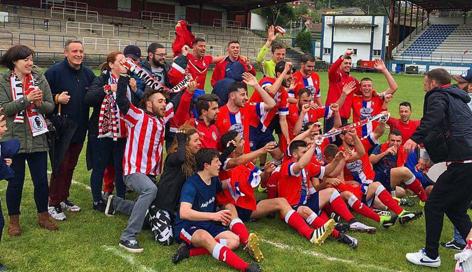 Jugadores y afición del Real Titánico celebrando el ascenso en el campo del Valsa