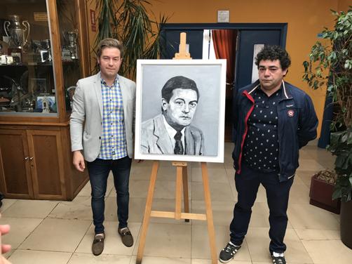 Los hijos de Arturo Carrio, Samuel (izquierda) y Gaspar, con el cuadro de su padre durante el homenaje en recuerdo a la memoria del que fuera alcalde de Laviana y Sobrescobio