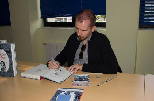 Alfonso Zapico firma uno de los ejemplares del segundo volumen de su novela gráfica 'Balada del Norte'