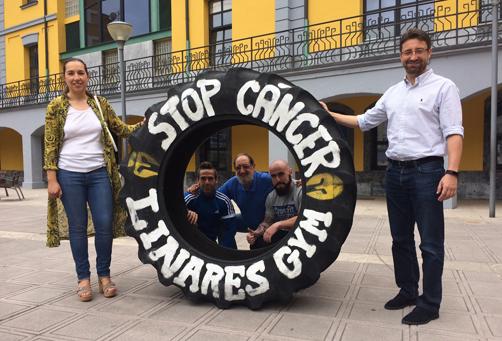 La concejala de Cultura, María Alonso y el alcade, Enrique Fernández con representantes de Linares Gym durante la presentación de la iniciativa solidaria.