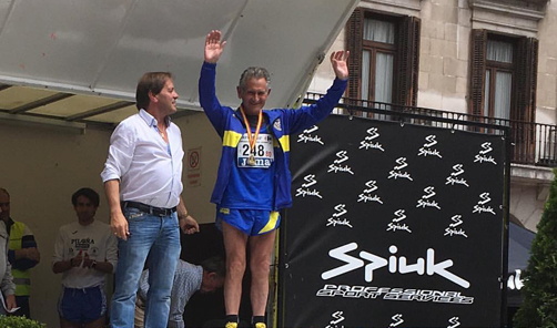 Efrén García Pesquera en lo más alto de podio tras proclamarse campeón de España de Veteranos en 10 km