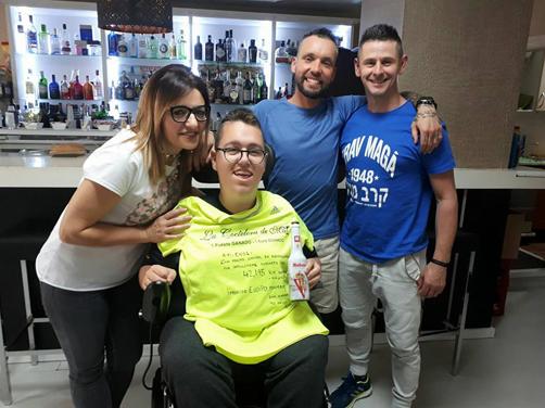 Héctor Moro en la Coctelería de May con el joven Enol Suárez, destinatario de la recaudación de la prueba.
