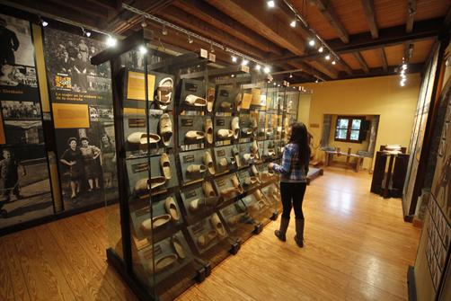 Colección de madreñas en el museo de la Madera de Veneros