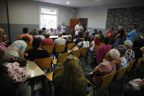 Reunión de los usuarios del centro social de Pando con el alcalde de Langreo.