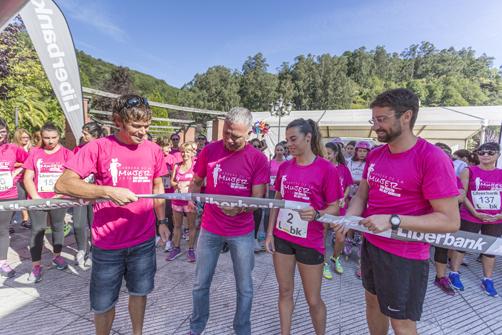 El periodista Juan Ramón Lucas (segundo por la izquierda) fue el encargado de cortar la cinta de la carrera contra el cáncer en 2016.