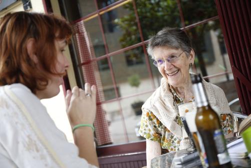 Carmen Velasco Arteche, licenciada en filología inglesa a los 83 años, con nuestra redactora Bibiana Coto durante la entrevista.