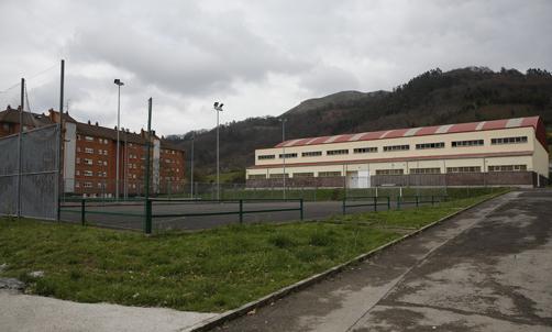 Exteriores del polideportivo de Riaño.