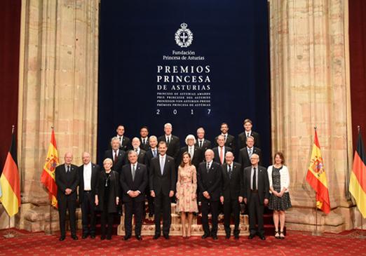Foto de familia de los premiados con los Reyes. Foto: www.fpa.es