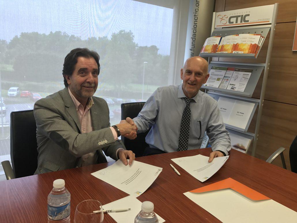 El Presidente del Montepío Juan José González Pulgar y El presidente de CTIC Pablo Priesca Balbín en el momento de sellar el acuerdo.