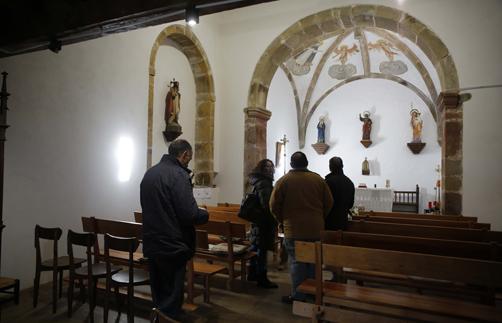 El viceconsejero de Cultura y Deporte, Vicente Domínguez, y la directora general de Patrimonio Cultural, Otilia Requejo, presentan el resultado de las obras acometidas en la iglesia de San Pedro de Ladines.