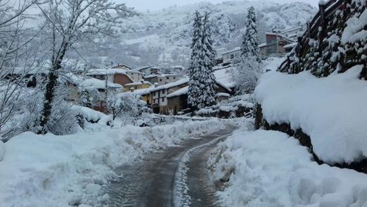 Uno de los pueblos de Caso tras las nevadas de esta semana.