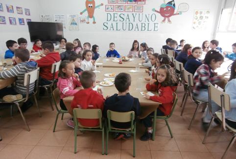 Alumnos del CP Gervasio Ramos de Sama durante los desayunos saludables.