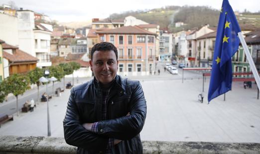 Julio García, alcalde de Laviana, en el balcón del ayuntamiento.