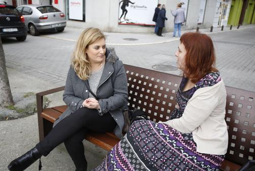Arancha Hevia con nuestra redactora Bibiana Coto durante la entrevista en Pola de Laviana.
