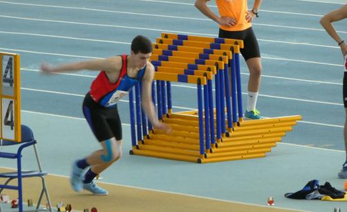 Álex Álvarez preparándose para saltar en los campeonatos de Asturias.