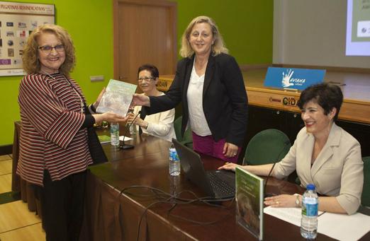 Flor Tuñón, presidenta de AMCA, entregando un ejemplar a la concejala Inés García, como donación a la biblioteca municipal. Ana Lobeto, autora del libro (a la derecha) y Aida Fuentes.
