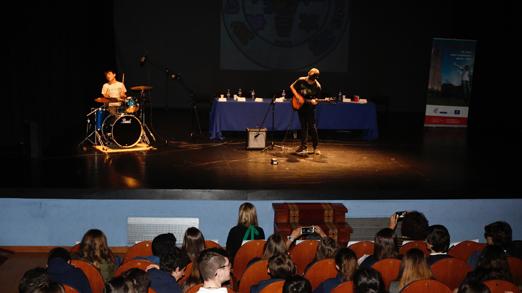 Un momento del IV Encuentro de Asociaciones Juveniles en el Teatro de La Felguera.