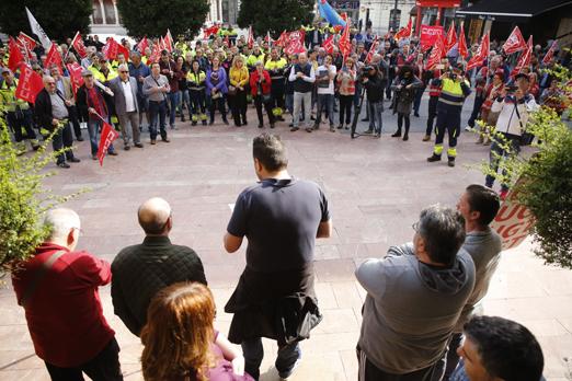 Concentración frente al ayuntamiento de Langreo tras la salida del encierro de los representantes sindicales.