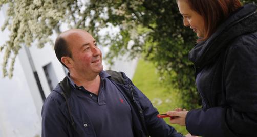 El responsable de Política Llingüística del Ayuntamientu de Llangréu, Eloy Antuña, durante la entrevista.