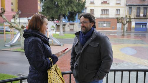El escritor entreguín, Pablo R. Medina, falando cola nuestra periodista Bibiana Coto.